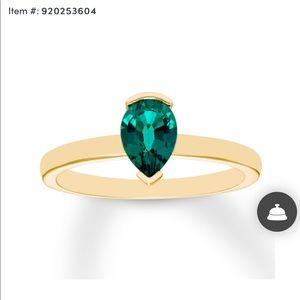 Jewelry - Pear shaped emerald & gold ring